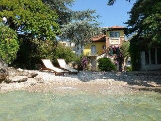 innsjø side sjarmerende villa med det er egen privat strand og inngjerdet hage   Feriehus i Gardone Riviera fra @homeaway! #vacation #rental #travel #homeaway