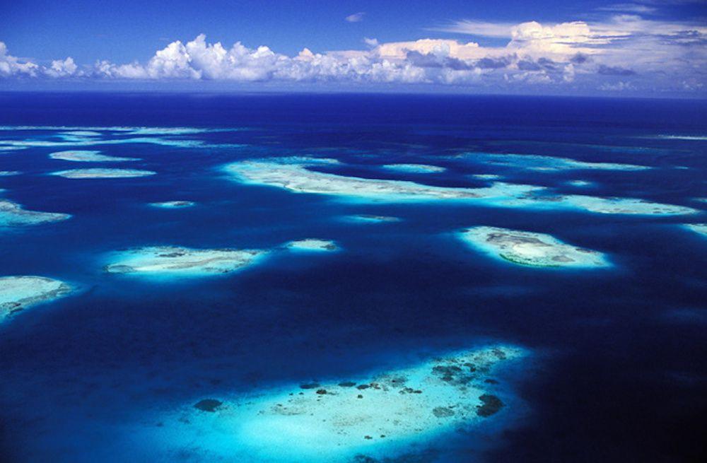 norte de Venezuela y se llama Los Roques. Son más de 50 cayos y 300 bancos de arena los que conforman esta increíble y espectacular reserva natural de Venezuela. El archipiélago está ubicado a 176 kilómetros al norte de la ciudad de Caracas y constituye uno de los santuarios naturales más grandes del Caribe.
