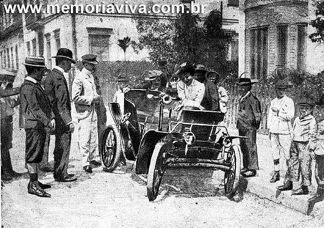 """O primeiro automóvel de passageiros que apareceu no Rio de Janeiro foi de José do Patrocínio, por volta de 1895. Movido a vapor, com fornalha, caldeira e chaminé, foi importado da França. Certo dia, o poeta Olavo Bilac, que aprendia com Patrocínio a difícil """"arte de dirigir"""", levou o automóvel contra o tronco de uma árvore, na Estrada Velha da Tijuca, inutilizando-o. Patrocínio ficou desolado; Bilac, ao contrário, gabava-se de ser o precursor dos desastres de automóvel no Brasil."""