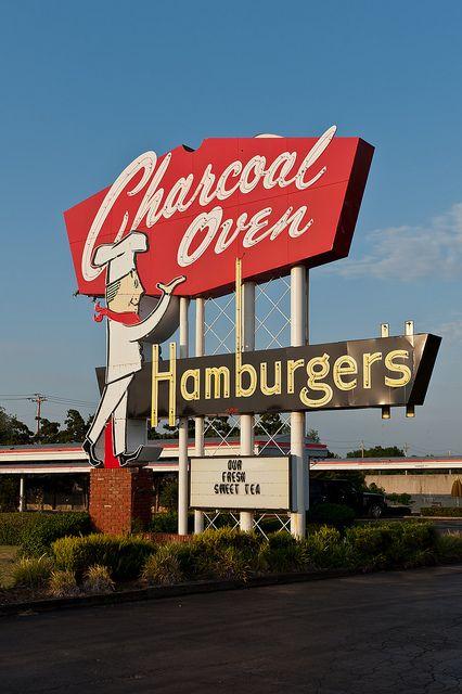 El restaurante está muy lejos del parque. hace Seguro tú cerca el puerta en Charcoal Oven. Un montón de camareros en el Charcoal Oven.
