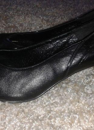 Kup mój przedmiot na #vintedpl http://www.vinted.pl/damskie-obuwie/na-wysokim-obcasie/9783207-czarne-skorzane-niskie-szpilki-syrena