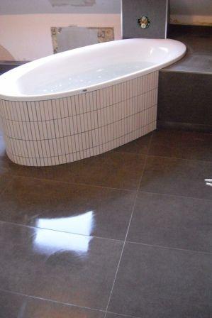 freistehende badewanne mit ablage badezimmer fliesen pinterest freistehende badewanne. Black Bedroom Furniture Sets. Home Design Ideas