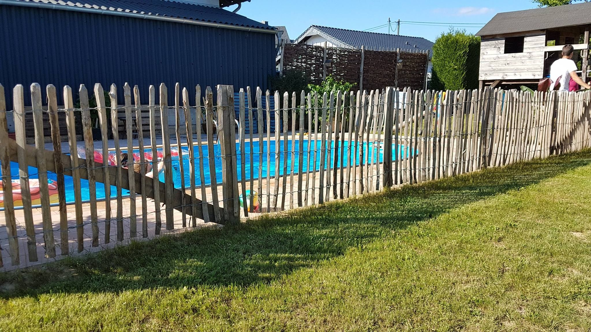gartengestaltung mit staketenzaun pooleinfassung aus staketenzaun, tolle idee von staketenzaun