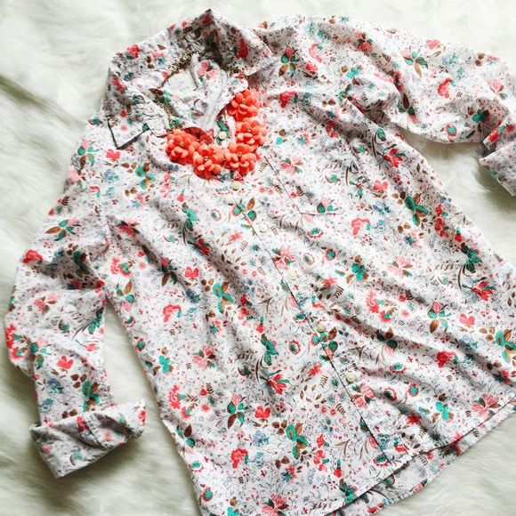 GAP Fitted Floral Boyfriend Shirt Lovely floral boyfriend-fit shirt. Excellent, like-new condition. Size small. --------- Smooth poplin weave with pretty floral print. Long sleeves with single button cuffs. Collar. Front button placket. Patch pocket on chest. Rear shoulder yoke. Tailored silhouette with a slim, relaxed fit. Shirttail hem hits below the hips. GAP Tops Button Down Shirts