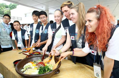 Students from Europe make bibimbap or rice mixed with vegetables at Jeonju Traditional Culture Center on July 12, 2012.