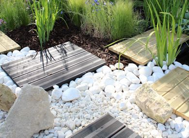 White Pebbles And Chippings In A Modern Garden Pebble Garden Garden Floor White Pebbles