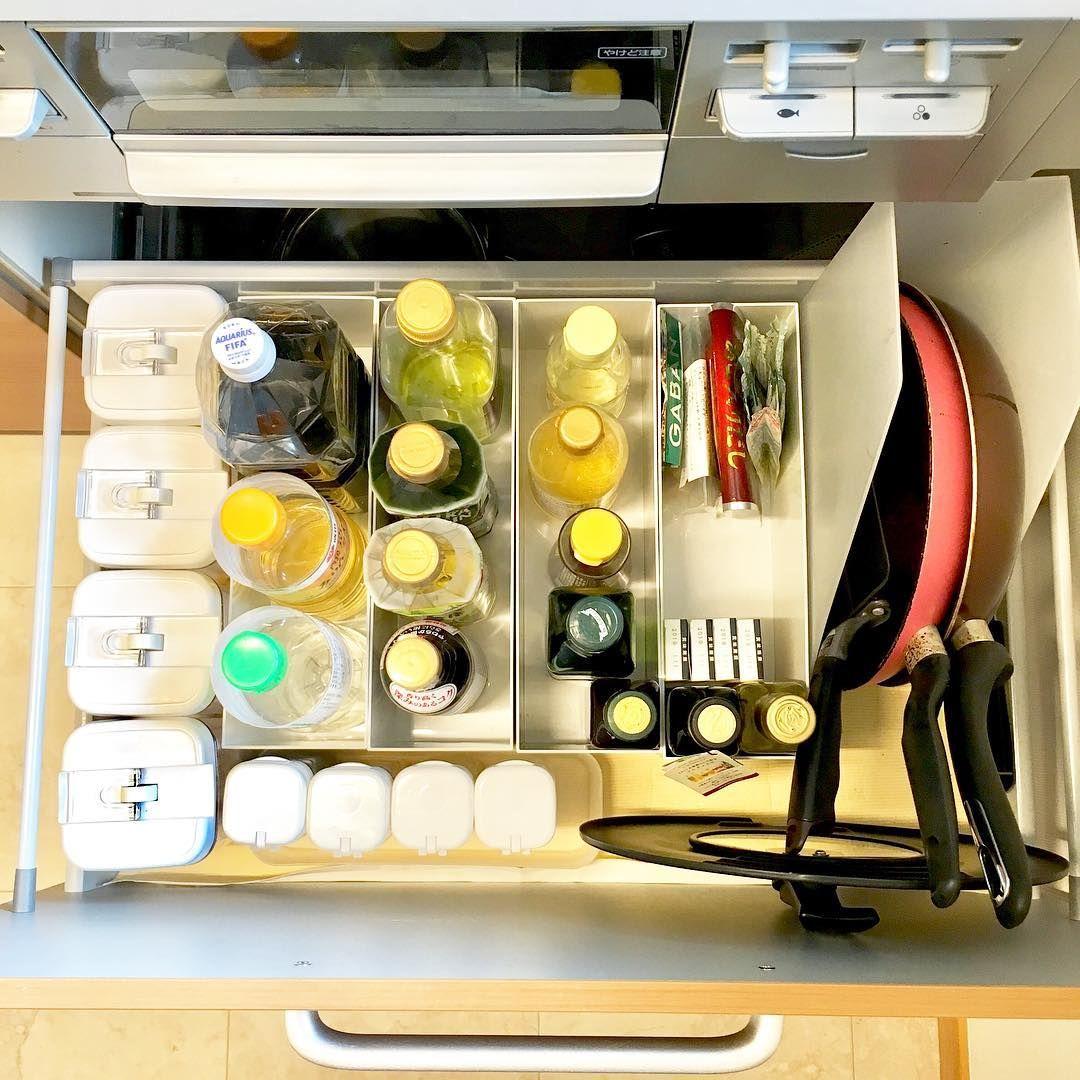 キッチンの収納で悩むことのひとつが 調味料の収納方法ではないでしょうか 液体 固体 粉末と種類や形状もいろいろあり サイズやパッケージも異なるので 整理して使い勝手良くしまうのにもアイデアが必要ですよね よく使うキッチンだからこそ 使い勝手はちろん