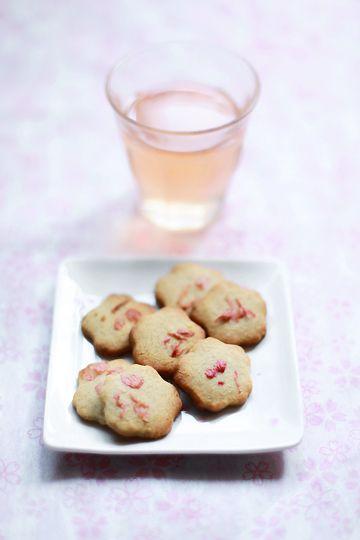 Sakura (cherry blossom) cookies! scrumptiously cute!