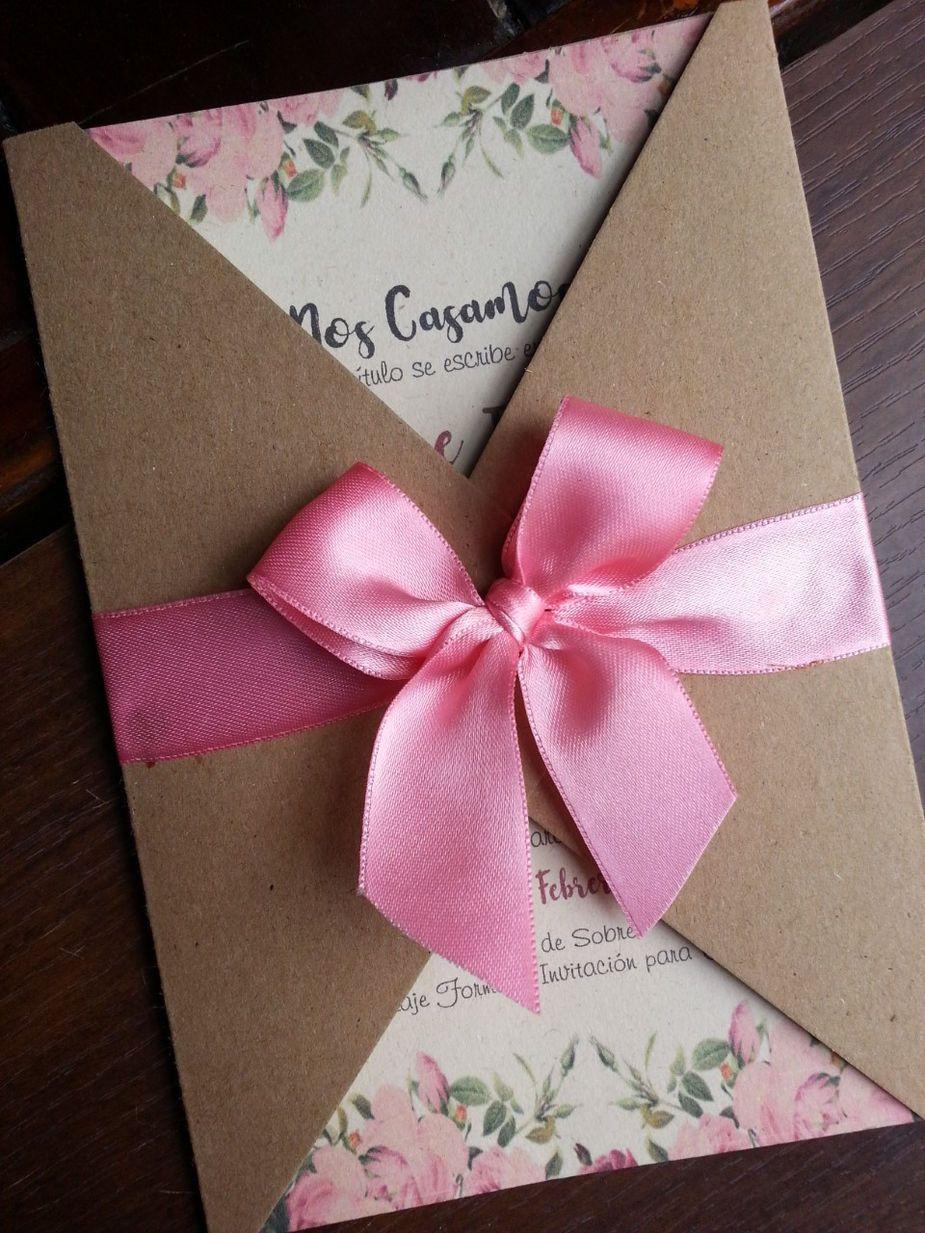 Tarjeta de Matrimonio alas Rectas en Kraft  is part of Wedding invitations - Tarjeta de Matrimonio estilo Rustica de alas rectas con un diseño de flores que la cierra una cinta de tonos pasteles con su respectivo moño