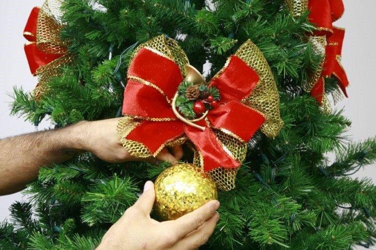7e90142f799b5 lazo rojo y bola de color oro para decorar el árbol de navidad