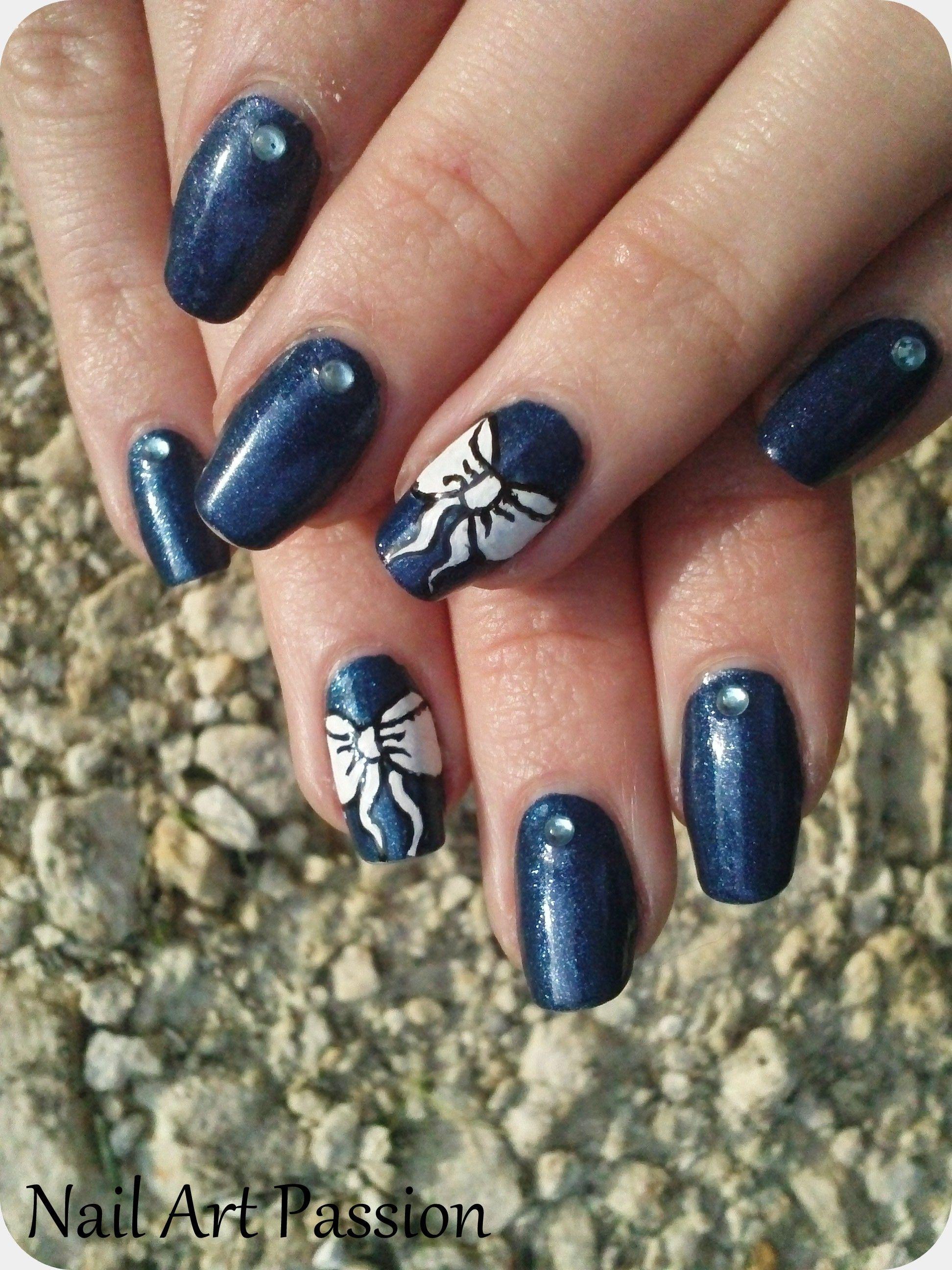 http://nail-art-passion.eklablog.fr/nail-art-bleu-jean-et-noeuds-a105684614