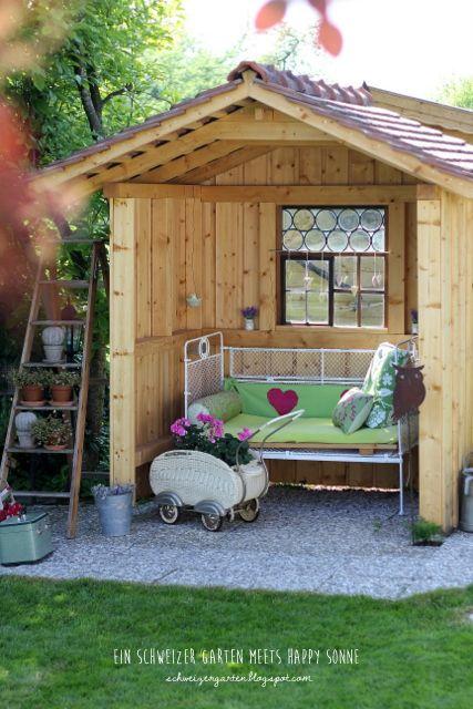 Gartenhaus+Sitzecke+dekoriert+Holz+Ziegeldach+Deko+Happy+Sonne+% Design