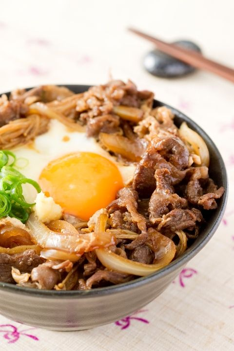 Japanese food sukiyaki don soy braised beef over rice for Cuisine translate