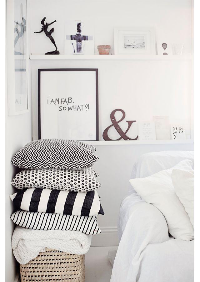 . Kuddfrossa a´la grande pågår här hemma i skrivande stund. Härligaste leveransen kom idag från Afroart, så nu har jag pimpat soffan med prickar, ränder och zickzackmönster :) Och visst känns det e...