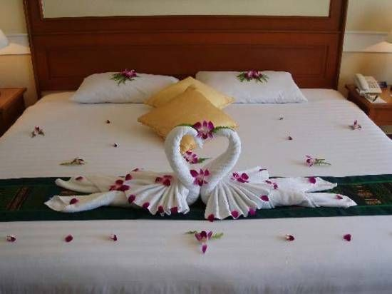 Romantic Swans Folded From Towels Directions Here Http Www Wikihow Com Fold A Towel Swan Romantic Bedroom Decor Woman Bedroom Romantic Bedroom