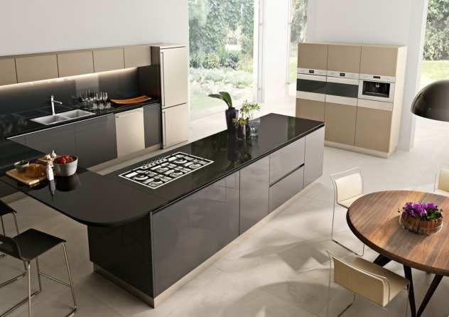 Elektrogeräte und Tresen mit Barhockern in moderner Küche Küchen - küchen mit tresen