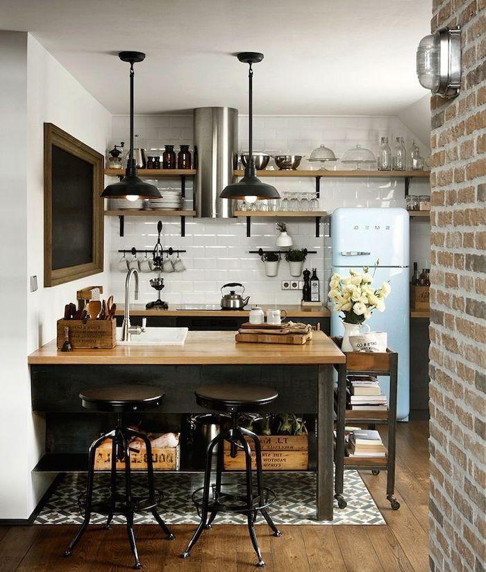 idee originale pour amenager une petite cuisine de deco industrielle en optimisant l espace vertical avec des etageres ouvertes