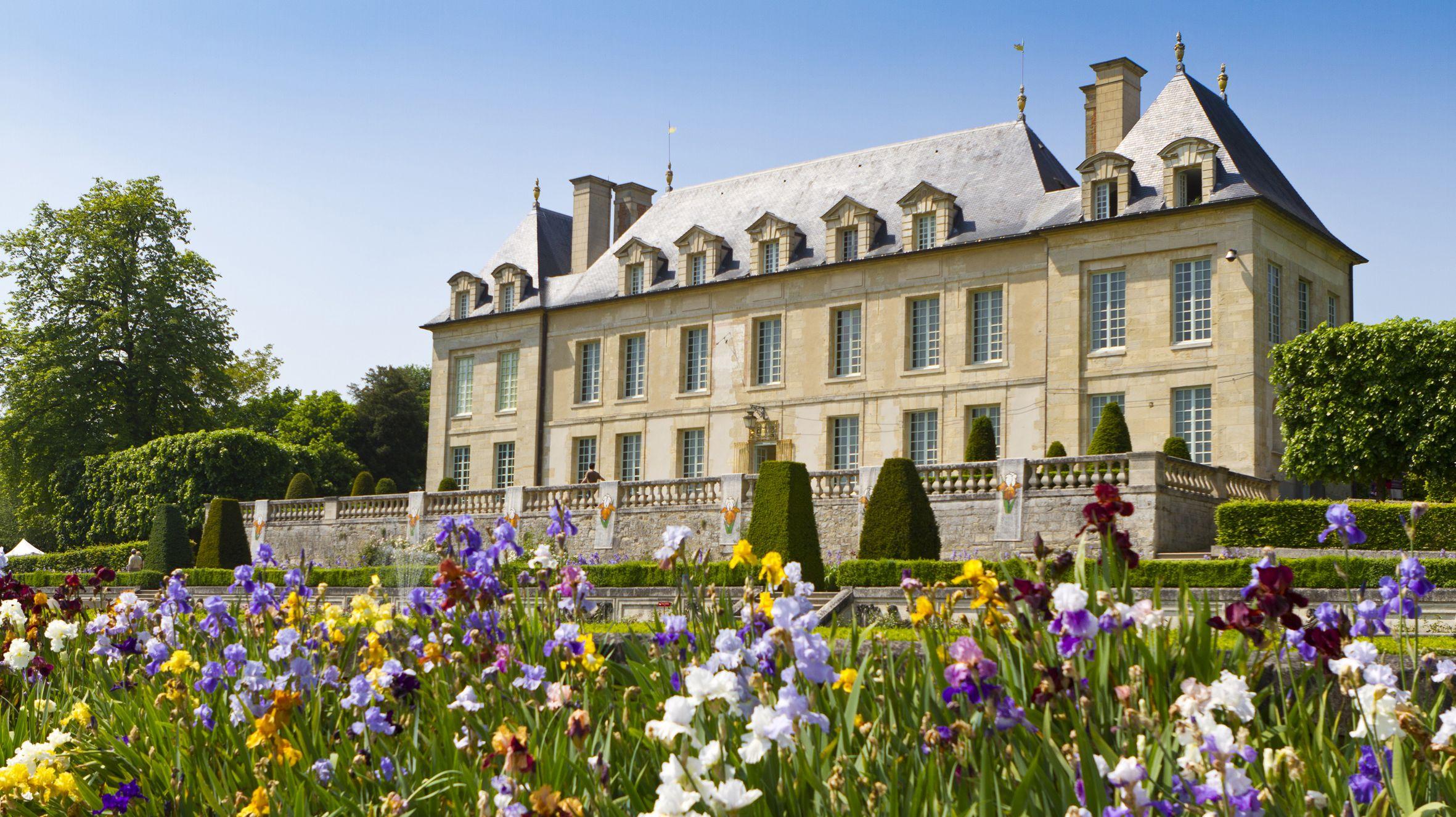 Ch¢teau d Auvers et ses iris dans les jardins  la fran§aise