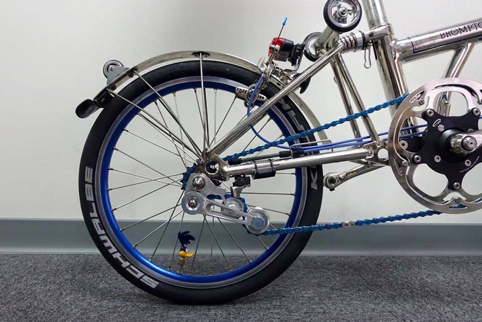 Brompton Roadrunner, metallic tensioner, mudgard wheel, blue chain, chrome eazywheel and rear shock.
