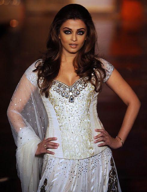 Aishwarya Rai The Goddess Of Beauty Aishwarya Rai Looks Sensuous As She Walks On The R Aishwarya Rai Bachchan Aishwarya Rai Pictures Beautiful Fashion