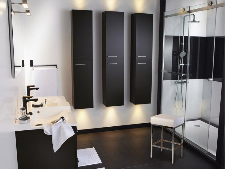 Belle ambiance pour cette salle de bains classique avec baignoire en