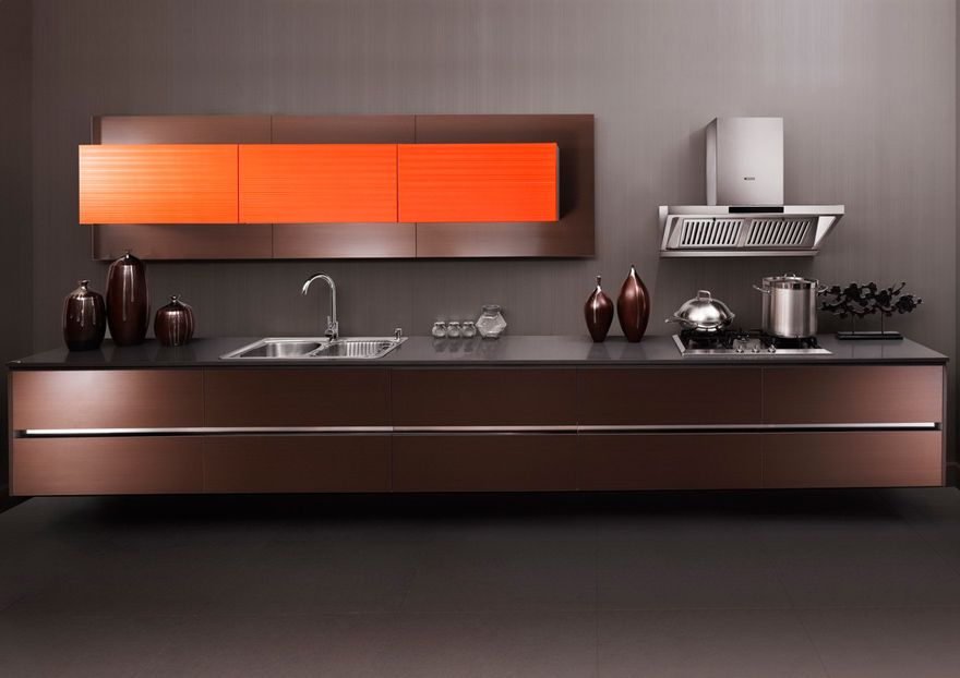 Cocina flotante en madera con repisa empotrada y puertas for Muebles de cocina oscuros