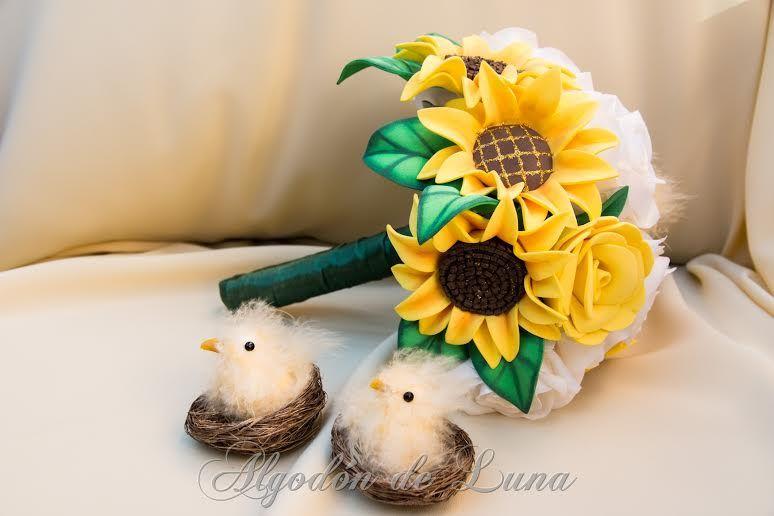 ramo de flores de goma eva con flores de tela y otros apliques y