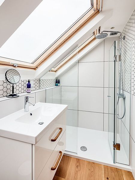 #bathroomideas Ein schönes Beispiel für ein kleines Badezimmer. Das Dachfenster lässt viel .