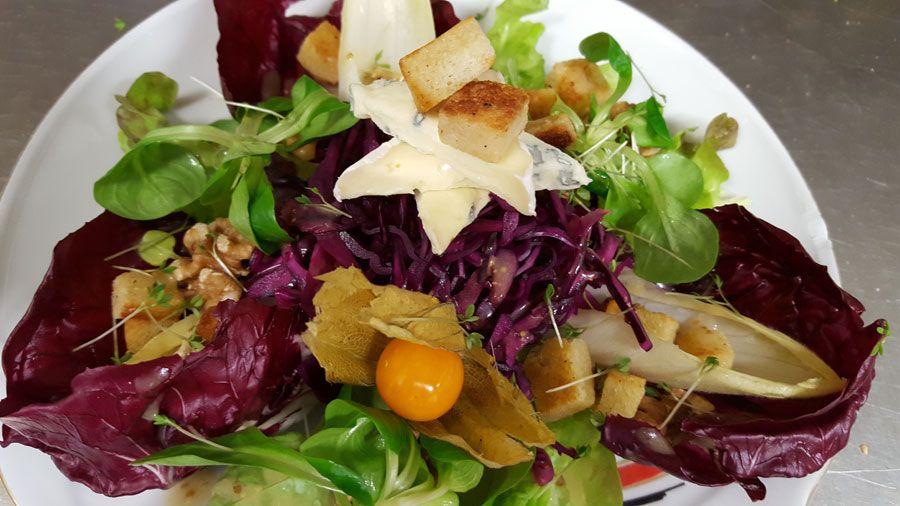 Salat mit Rotkohl und Walnussdressing