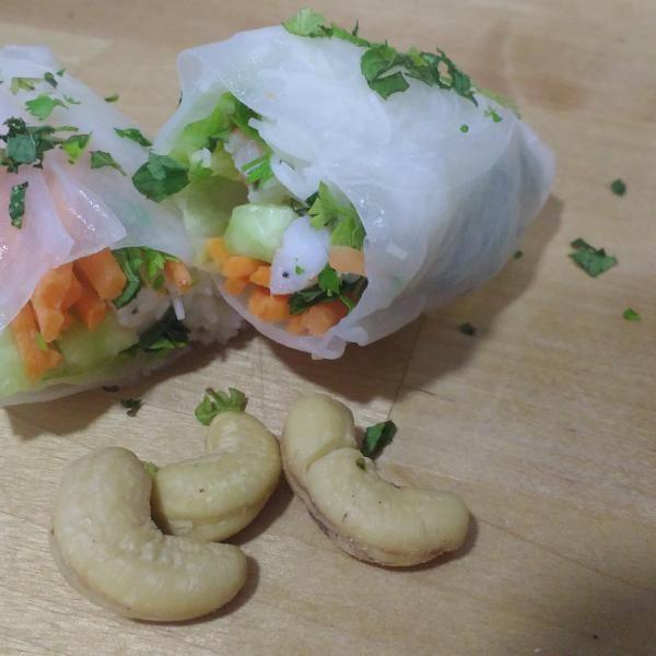 Aprende a preparar rollitos nems vietnamitas con esta rica y fácil receta.  En RecetasGratis.net nos encantan las recetas asiáticas, frescas y exóticas. Esta vez...