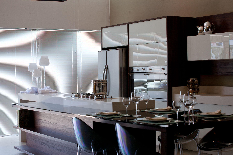 As cozinhas estilo gourmet são boas opções para quem quer aproveitar todos os espaços disponíveis no ambiente. Elas são contínuas, já que, no prolongamento do fogão e ilha de preparo de alimentos está a mesa. A vantagem é a facilidade ao servir e a praticidade para dispor os alimentos.