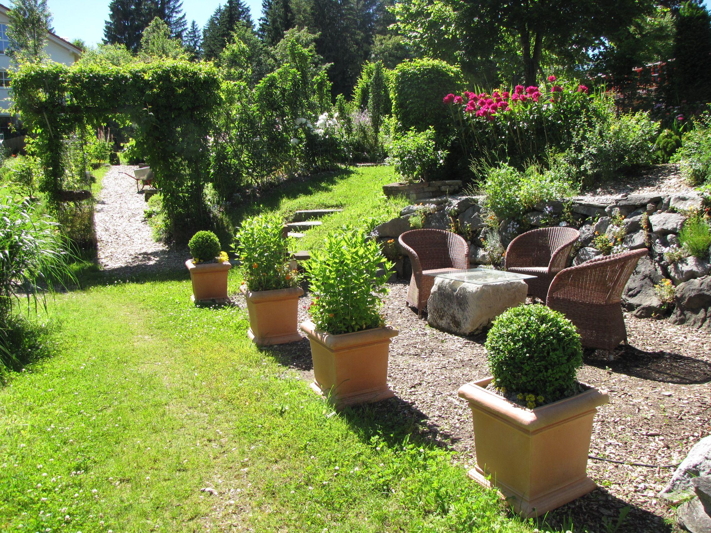 Gemütlicher Sitzplatz an einer Steinmauer im Paradiesgarten Maag ...