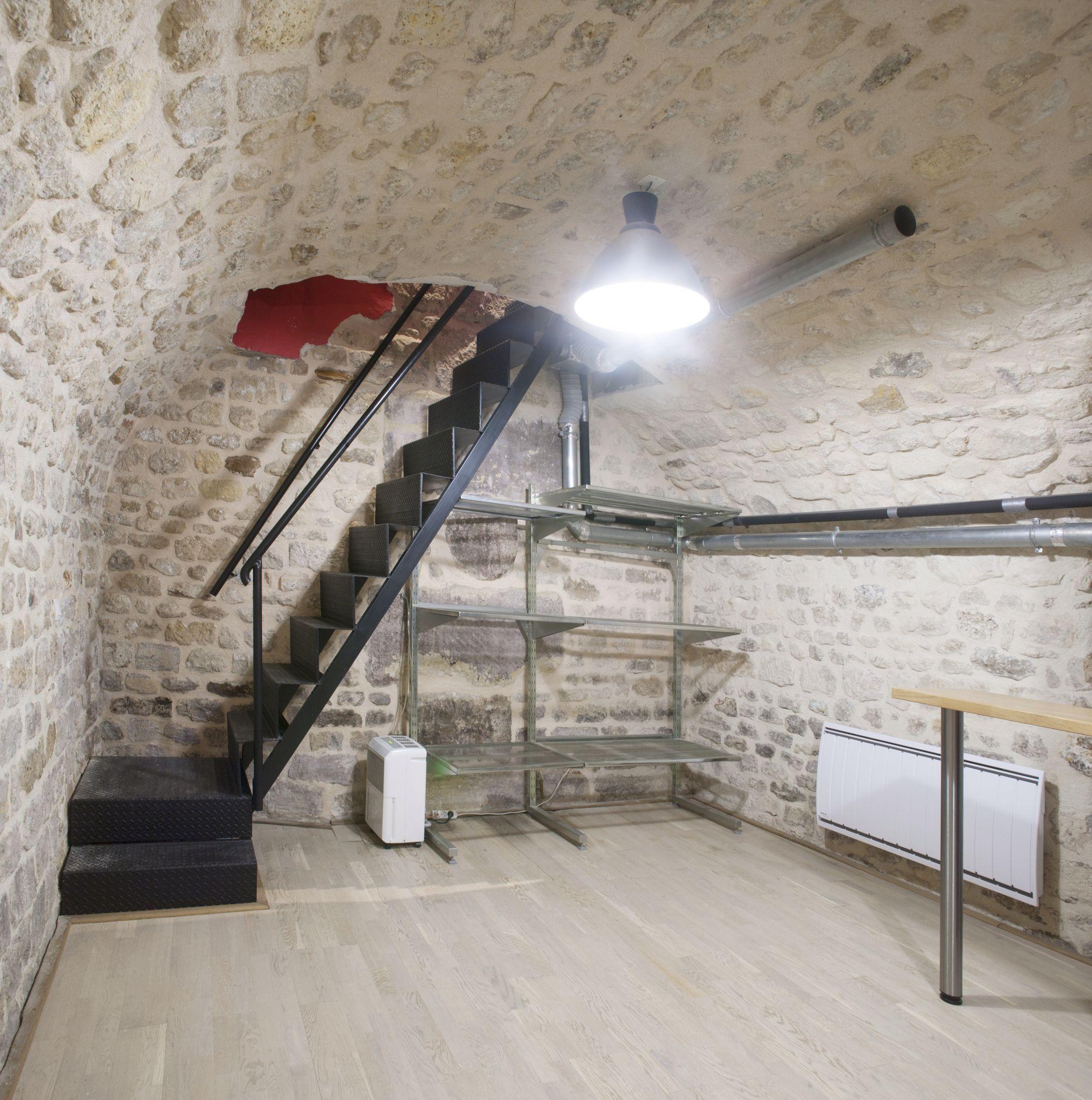 Et Voici Le Deuxieme Escalier En Metal Sur Mesure De Ce Loft Et On Apercoit La Couleur Rouge Qui Fait Le Lien E In 2020 Home Decor Home Remodeling Basement Remodeling