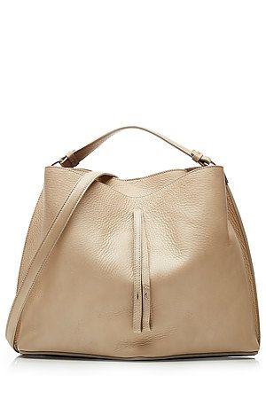 Minimalismus mit Twist: die schwarze Bucket-Bag von Maison Margiela punktet mit feinen Details wie der eleganten Zugschlaufe und dem streichelzartem Veloursfutter #Stylebop
