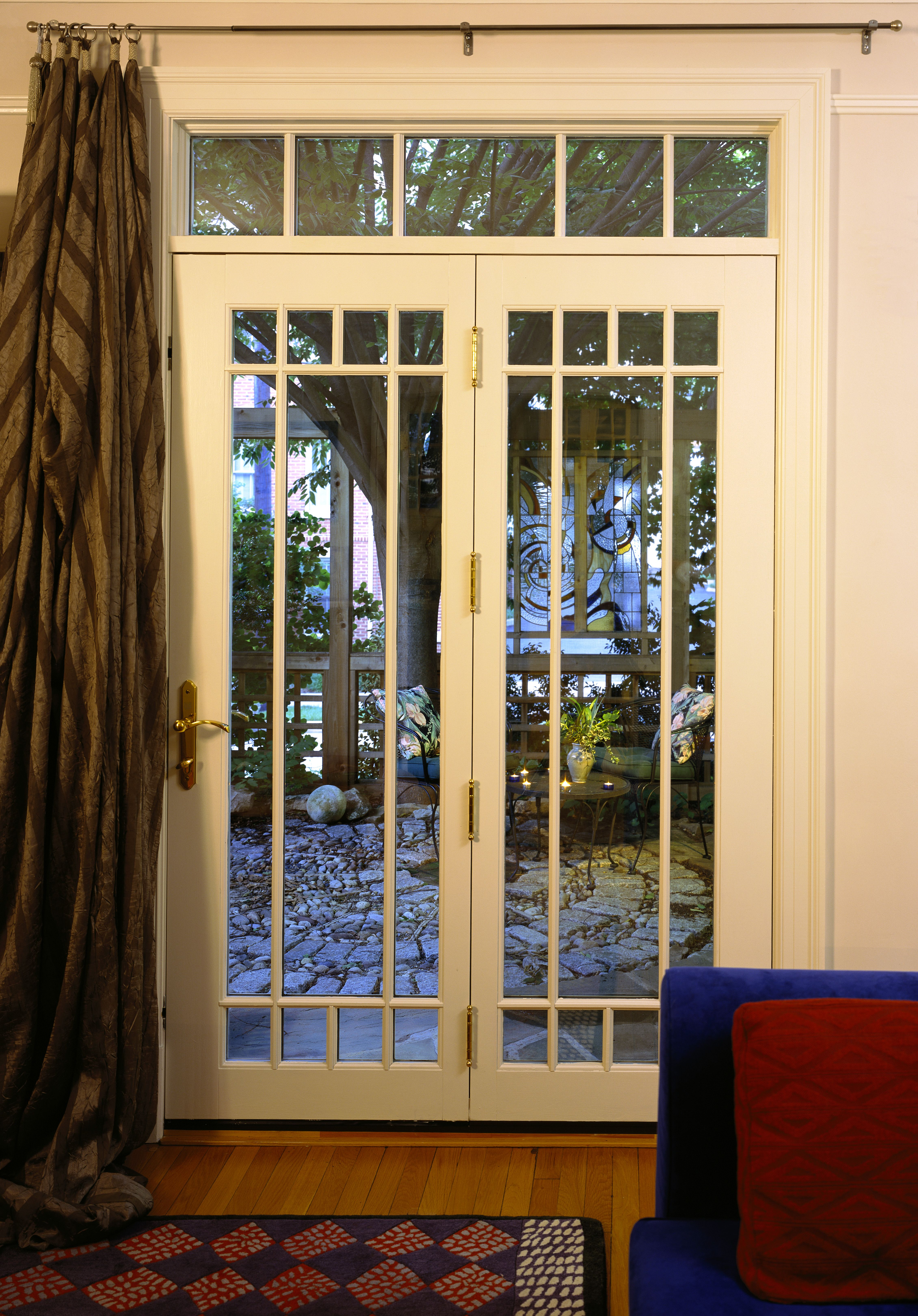 Read about creating an #indoor-outdoor connection here. This is like the French doors to my apartment.
