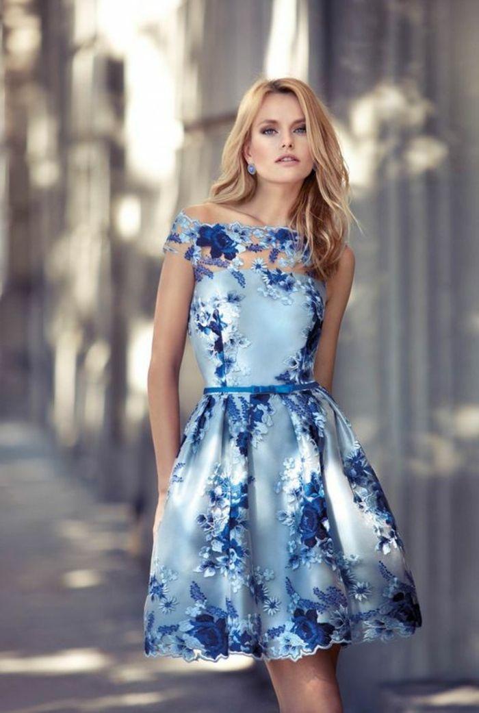 728d7a22819 robe de soirée courte en bleu et blanc avec de la dentelle blanche autour  du décolleté et longueur mini