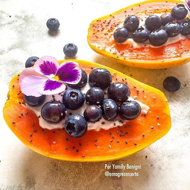 """Bom dia ☀️! """"Imagine uma nova história para sua vida e acredite nela."""" ~Paulo Coelho  Uma sugestão para incluir no café ou lanche é um delicioso mamão recheado com seu iogurte preferido e frutinhas ou castanhas por cima, eu uso iogurte grego por conter mais proteína que o tradicional e se incluir castanhas você terá uma dose de gorduras boas também.  Uma ótima semana pra você!  Gostou? Curte aí! ❤️ INSCREVA-SE:  Canal no YouTube: """"Emagrecer Certo"""""""