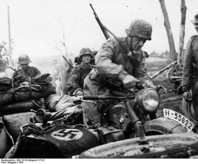 """As tropas da motocicleta alemães da Waffen 3.SS Panzerdivision """"Totenkopf"""", que operam no norte da Rússia em 1941"""