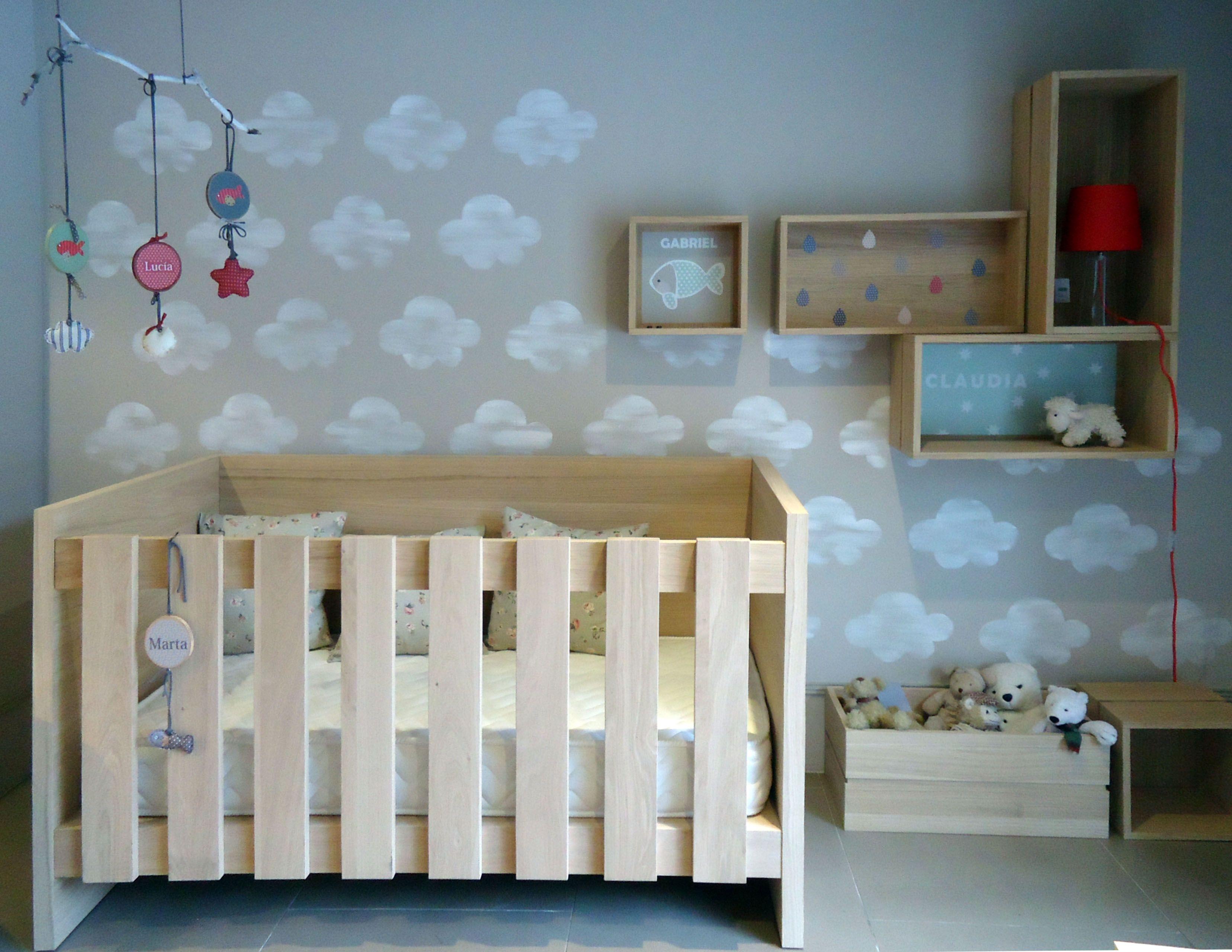Habitaci n infantil con nubes pintadas en la pared por for Habitaciones pintadas