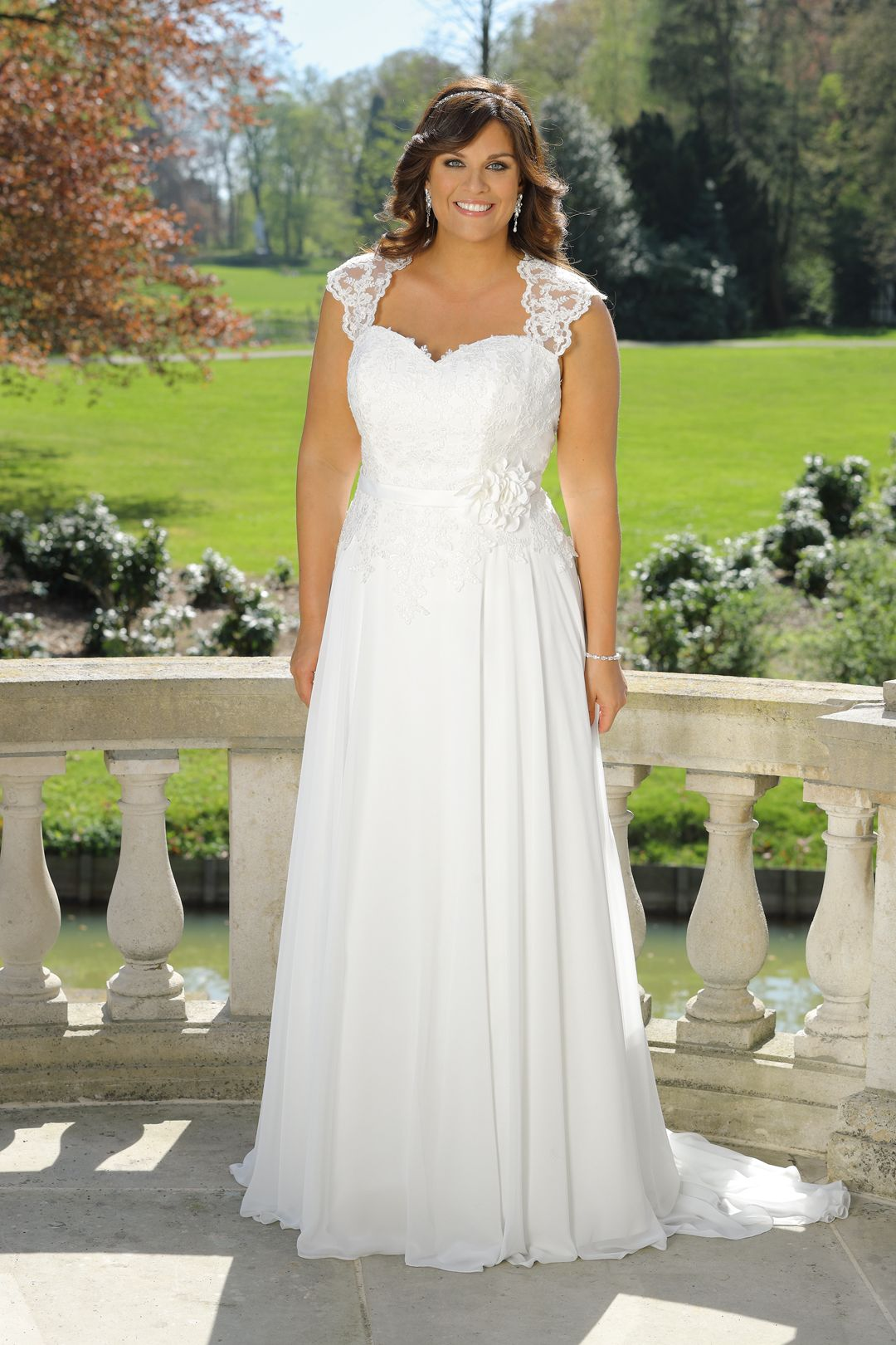 5ca60c1df49e Ladybird 2019 plus size Brautkleid - LS 719007 | Curvy Bride in 2019 ...