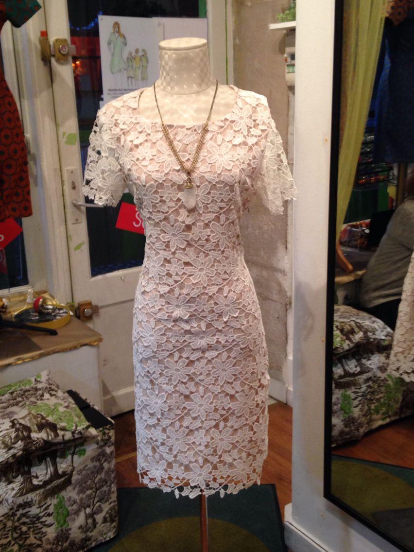 844ca745ea1 Modèle robe droite col rond manche courte en dentelle guipure blanche  doublé collection hiver 2015 fabrication française.