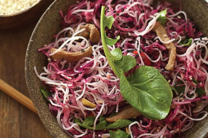 A salada thai é opção diferente para uma refeição leve e saborosa