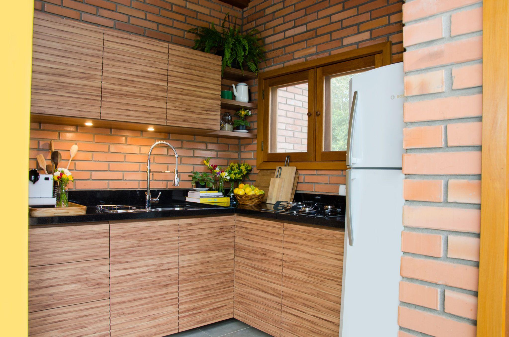 Galeria Descrição Residência familiar em condomínio no bairro Campestre em São Leopoldo. Área de lazer com churrasqueira.