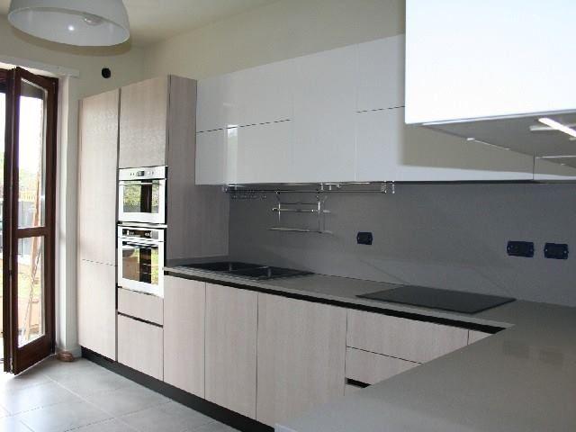 Cucina a l di media dimensione arredata con mobili realizzati su