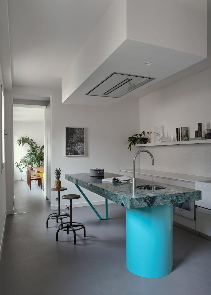 Une Cuisine Design Et Original Avec Son Socle Bleu Azur