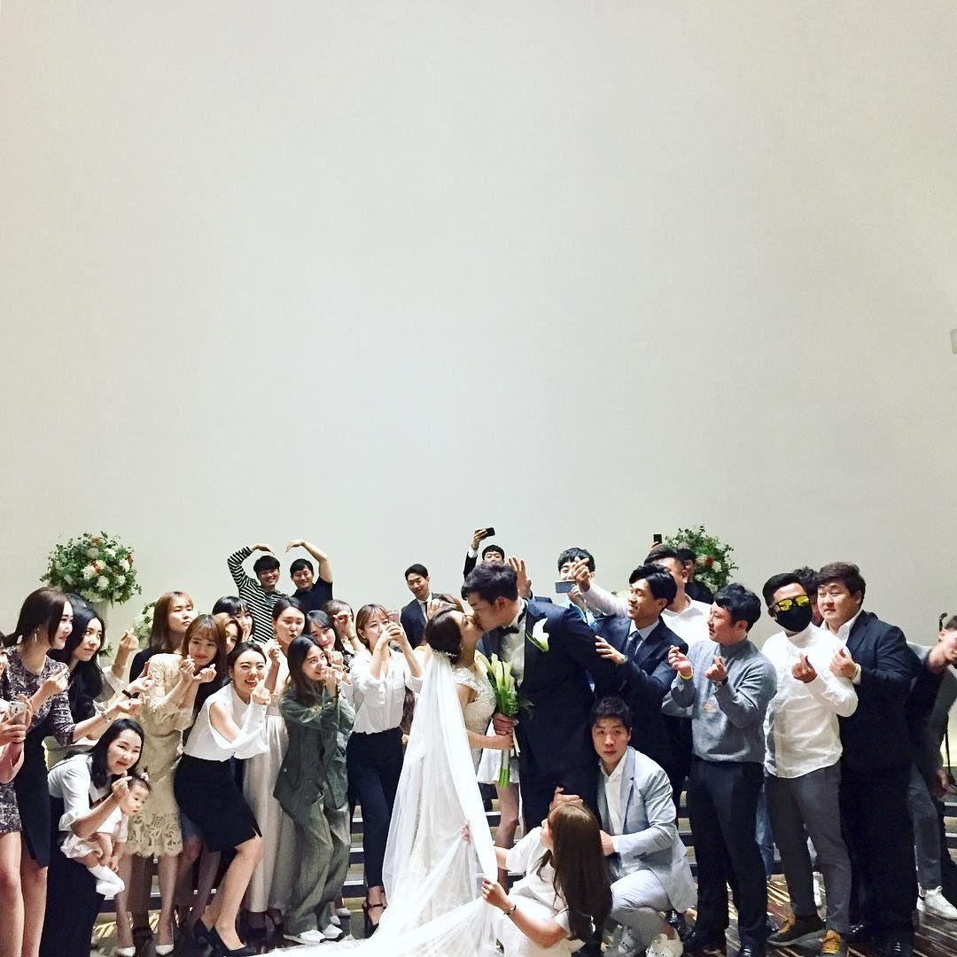 남는게 사진이란다 - #금정아 #우린특별하게 #베일잡아댕기라 - #결혼식 #본식 #웨딩 #wedding #weddingday #weddingphoto #weddingphotography #결혼스타그램 #weddingdress #들러리샷 #본식스냅 #웨딩스냅 #펠리스박 http://gelinshop.com/ipost/1518823784323291637/?code=BUT8i9NARn1
