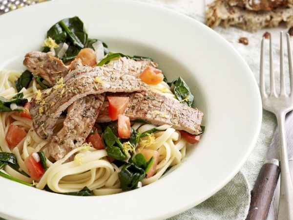 Citroenpasta met krokante kalfslapjes. Een zomerse pasta - Libelle Lekker!