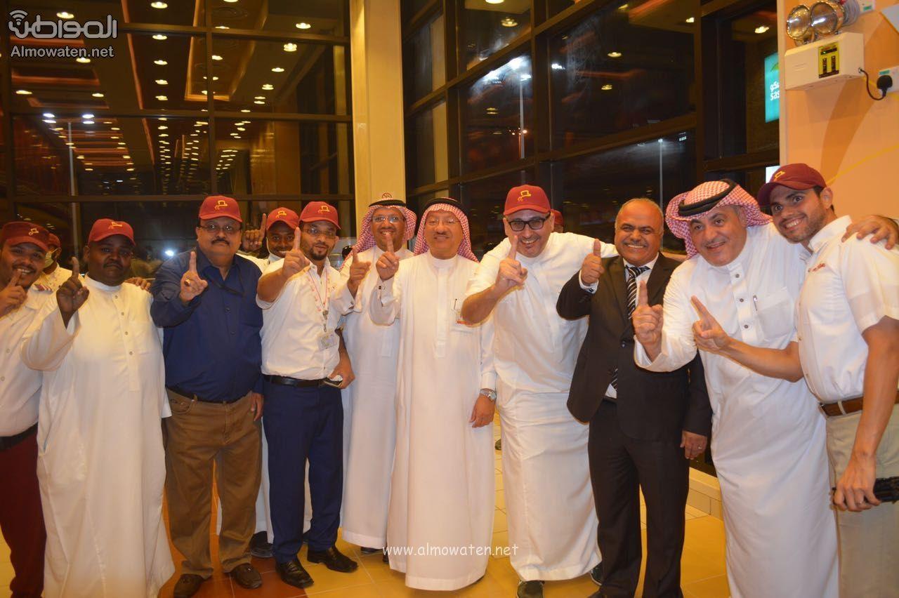 بالصور المواطن تواكب افتتاح مطعم البيك على طريق الرياض الخرج Lab Coat Fashion