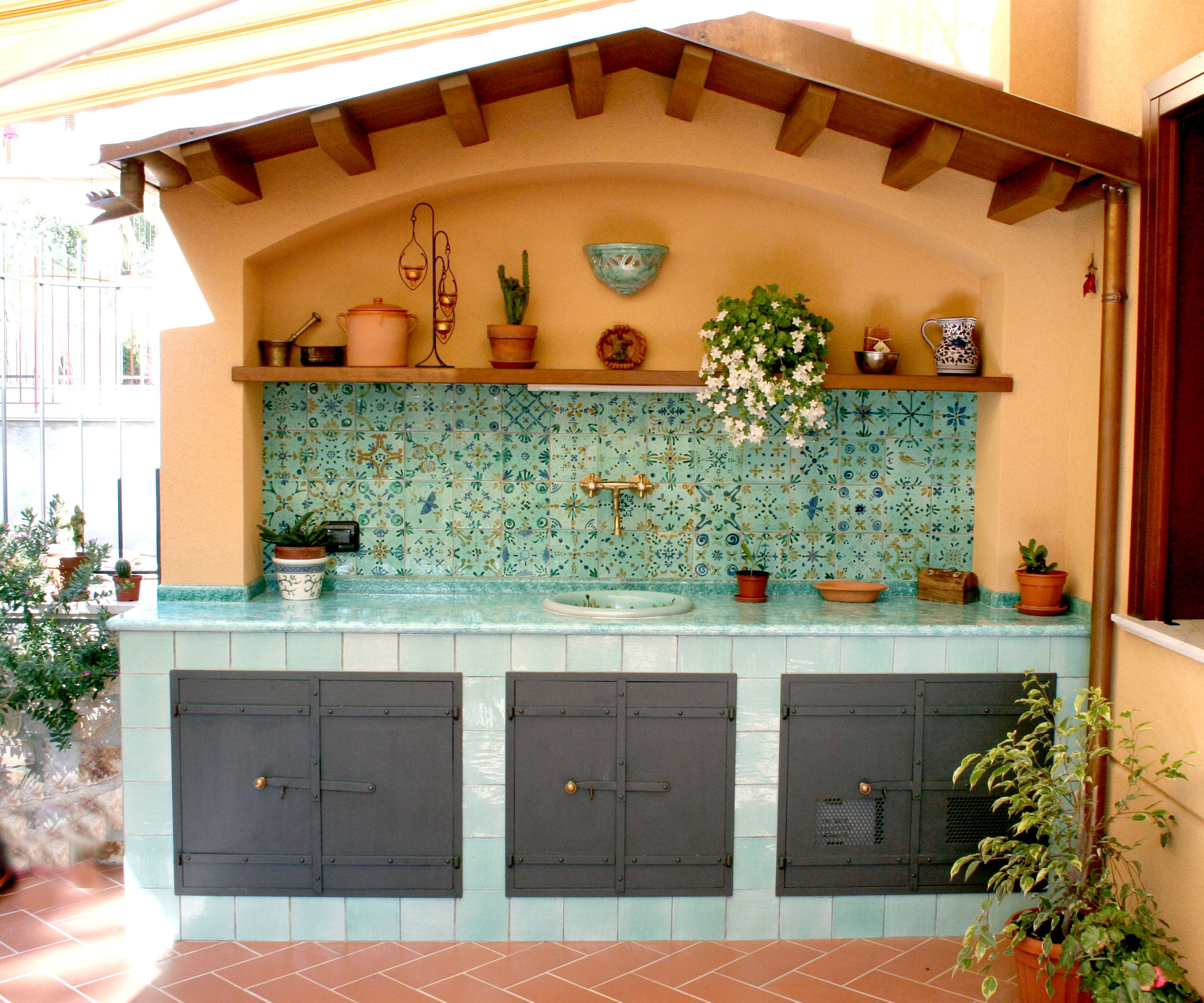Cucina esterna decoro mediterraneo ceramics pottery - Cucina in muratura esterna ...