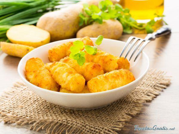 Aprende a preparar croquetas de bacalao y patatas con esta rica y fácil receta.  El primer paso será cocer las patatas en agua salada. Escurrir y pasar por un pasa...